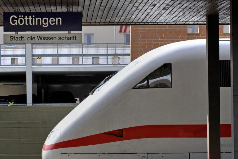 ICE im Bahnhof Göttingen